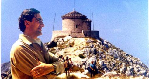 Комнен Бећировић, поред Његошеве капеле 1969.