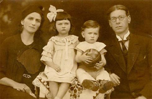 Данило Киш са родитељима (Милицом и Едуардом Киш) и сестром Даницом, Суботица, мај 1936.
