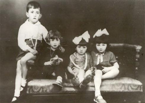 Данило Киш, други слева, са братом и сестром од тетке, Драганом и Вером Маловић, и сестром Даницом, Суботица, Врбица, 1937.