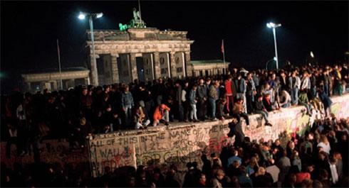 """Рушење Берлинског зида новембра 1989. године, фото: """"Википедија"""""""