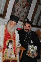 Старац Нектарије Виталис и прота Ненад Андрић са иконом св. Нектарија