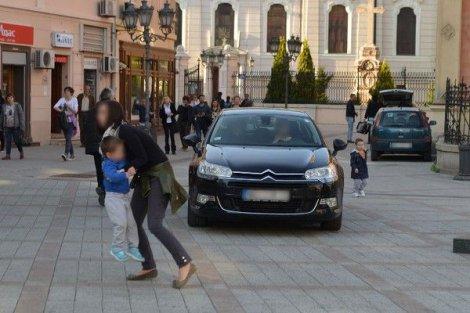 Ljudi su pred automobilom sklanjali decu