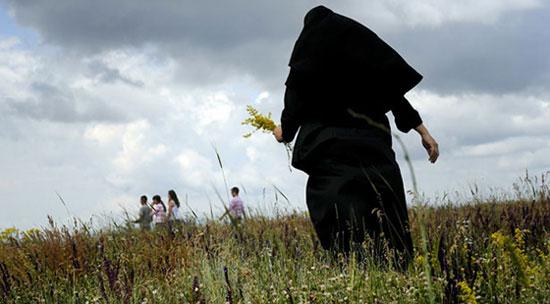 Монахиња бере цвеће после прославе 620 година Косовске битке (AFP/Getty Images)
