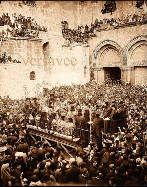 Велики четвртак, умивеније ногу испред Храма Гроба Господњег 1919. године. Нажалост, ове године ни половина овог народа није била