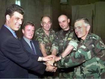 (на истој страни: фотографија из 1999.  Слева на десно: Хашим Тачи, Бернар Кушнер, Мајкл Џексон, Агим Чеку, Весли Кларк)