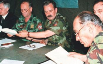 (потписивање ВТС у Куманову, 9. јуна 1999. године;британски генерал Мајкл Џексон је десно)