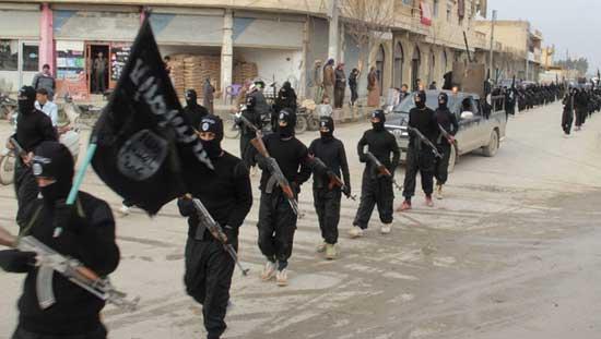 Борци Ал-каиде повезани са Исламском Државом, током параде у сиријском граду Тел Абиад, у близини границе са Турском 2. јануара 2014. (Reuters/Yaser Al-Khodor)