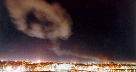 Дим изнад Новог Сада приликом важздушних НАТО напада 24. марта 1999. (Фото: AP PHOTO/ STR)