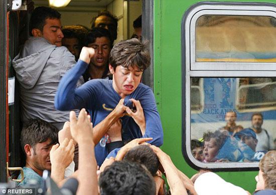 Дечак удара друге мигранте који покушавају да га скину са воза у Будимпешти