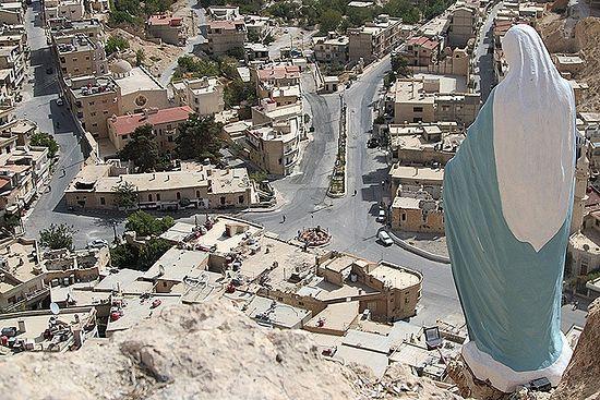 Велика скулптура Дјеве Марије тужно са висине гледа разорени град. (Фото: Александар Коц, Дмитриј Стешин)