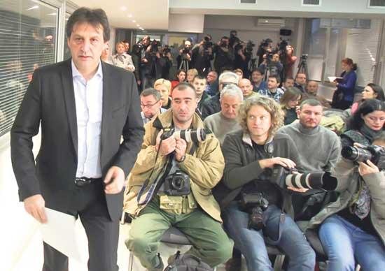 Министар Гашић јуче са новинарима на конференцији за штампу (Фото: Бета)