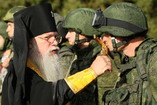 Архиепископ Алексије Фролов благосиља војнике (архивска фотографија)
