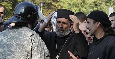 Свештеник о. Јован на једном од протеста против геј-развратног парадирања (Фото: Истинољубље)