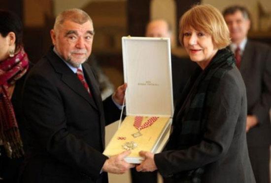 Стипе Месић уручује Соњи Бисерко  орден Кнеза Трпимира 2010. године