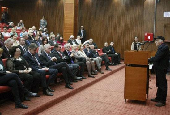 Филип Давид на додељивању награде, у првом реду седи Томислав Николић