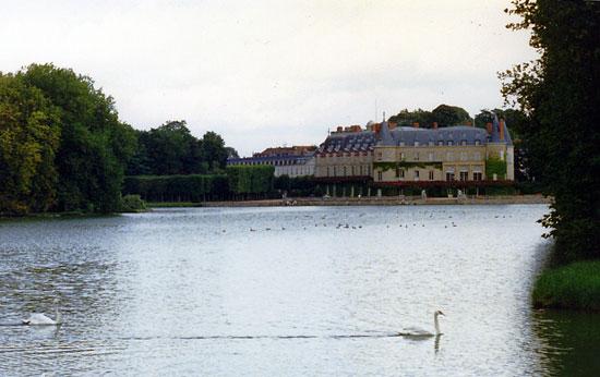 Замак Рамбује (поглед са централног канала)