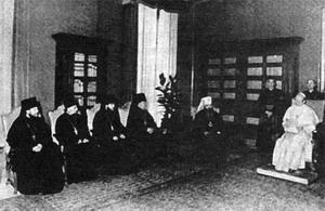 Делегација Московске Патријаршије на челу с митрополитом Никодимов Ротовим на пријему код папе Павла VI 3. јула 1975. године; у саставу делегације био је и архимандрит Кирил (Гунђајев),садашњи Патријарх Московски и целе Русије.