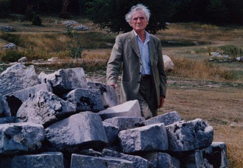 Комнен Бећировић поред рушевина Његошеве капеле, 2002.