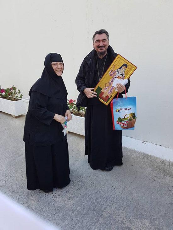 Егинска монахиња и о. Ненад Андрић на Егини, Васкрс 2016.