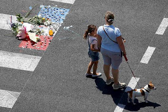 Место смрти једне од жртава терориста на шеталишту у Ници (Фото: Ројтерс)