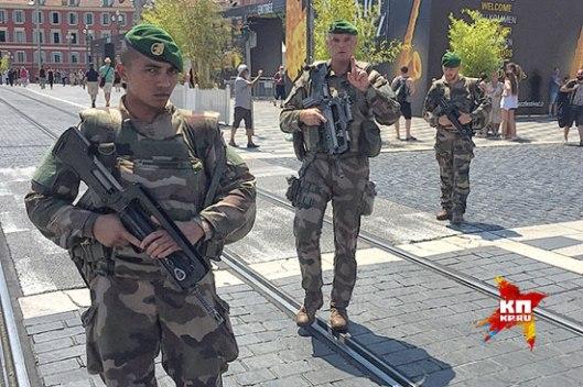 Vojnici Francuske Legije patroliraju Nicom (Foto: Darja Aslamova)