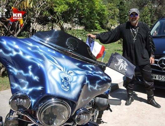 Bajker Sergej okačio je na svom motoru francusku zastavu sa crnim trakom (Foto: Darja Aslamova)