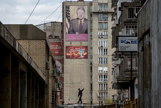 Портрет Била Клинтона у споредној улици близу Булевара Била Клинтона у Приштини (Фото: Andrew Testa for The New York Times)