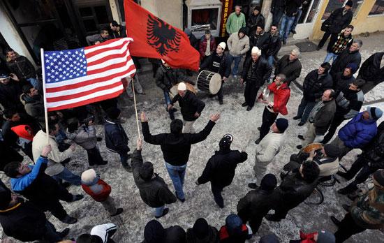 Косовски Албанци славе независност Косова од Србије, 2008. године (Фото: Bela Szandelszky/Associated Press)