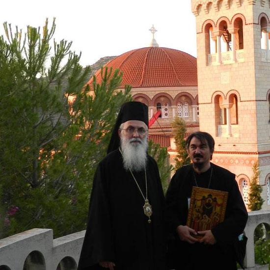 Прота Ненад Андрић (десно) са владиком Милутином на Егини