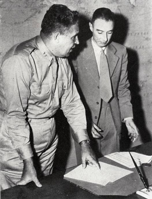 Генерал Гроувс и Роберт Опенхајмер (Фото: Википедија)