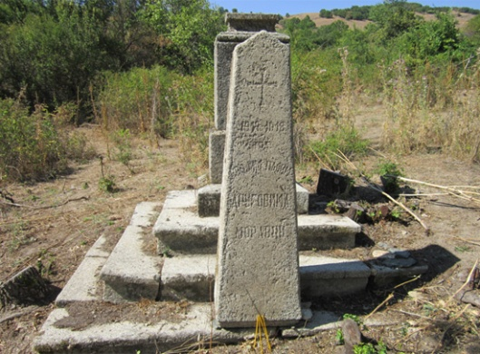 Слика 4. Централни споменик на српском војном гробљу у с. Груниште, у току чишћења.