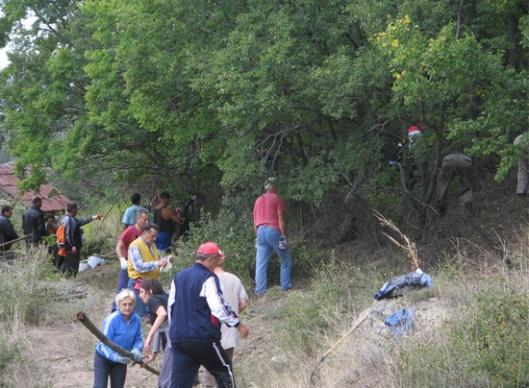 Слика 5. Улаз у гробље је морао прво да се прокрчи – Локација Скочивир