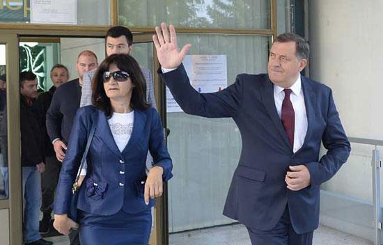 Милорад Додик са супругом и сином долази на референдумско изјашњавање (Фото: Танјуг/Тања Валич)