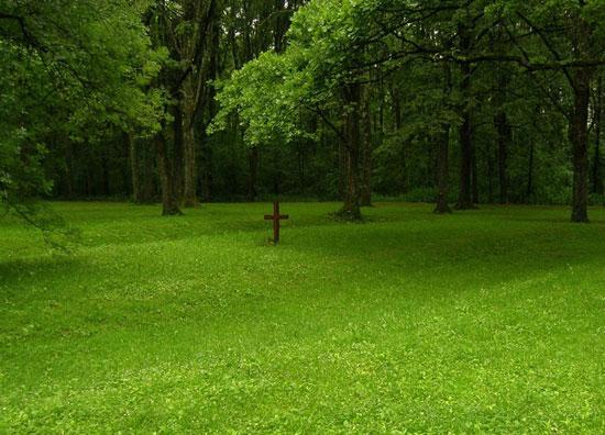 Крст над масовном дечијом гробницом на јасеновачком стратишту Градина