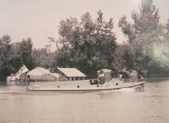 """Оклопљени чамац """"Јадар"""" у пловидби поред Аде Циганлије"""