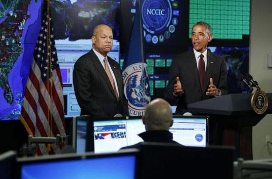 Барак Обама разговара са секретаром Унутрашње безбедности Џехом Џонсоном (лево), у Националном центру за сајбер сигурност у Арлингтону, Вирџинија, 13. јануара 2015. (REUTERS/Larry Downing)