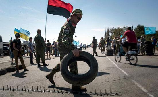 Екстремисти блокирају пут, који повезује Украјину са Кримом (Извор: Politnavigator)