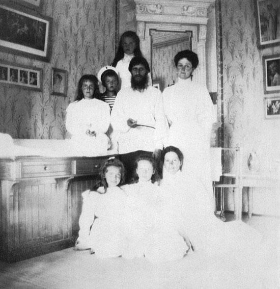 Александра Фјодоровна са децом и Распутин,1908. Фотографија из архиве