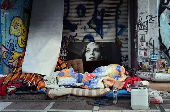 Бескућник у центру Атине, децембар 2015. (Фото: Getty)