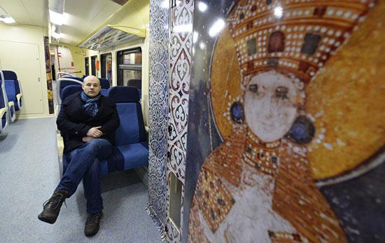 Графички дизајнер Андреј Васиљевић, аутор идејног решења за декорацију унутрашњости воза (Фото: Танјуг/Тања Валич)