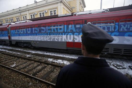 Огромни натписи на возу направљеном у Русији који је требало да повеже Србију и Косово (Фото: АП)