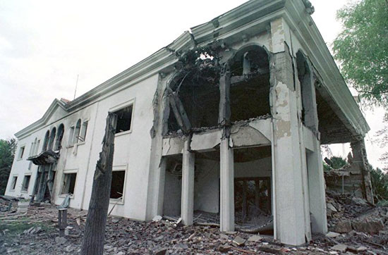 Поглед на уништену београдску резиденцију југословенског председника Слободана Милошевића 22. априла 1999. (Фото: РИА/Ројтерс)