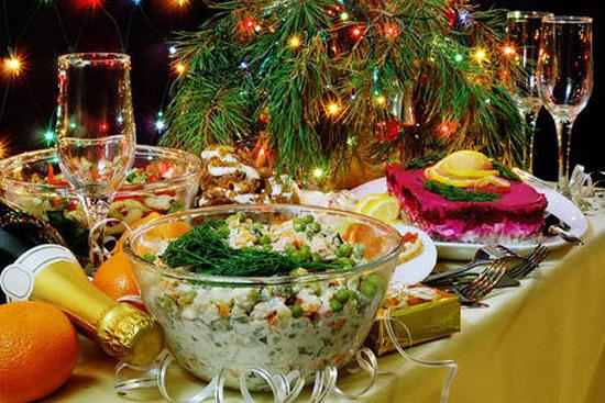 """Многи грађани Русије припремају празничну трпезу, праве уобичајену новогодишњу салату """"оливије"""", износе шампањац који је остао од првог празника. (Илустрација: Lori/Legion Media)"""
