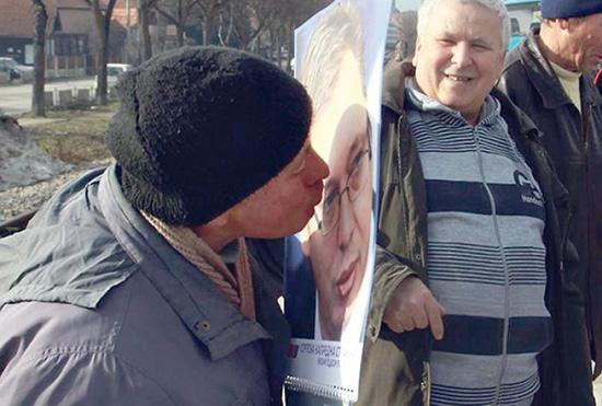 У народу постоји поштовање према Вучићевим фотографијама као према иконама