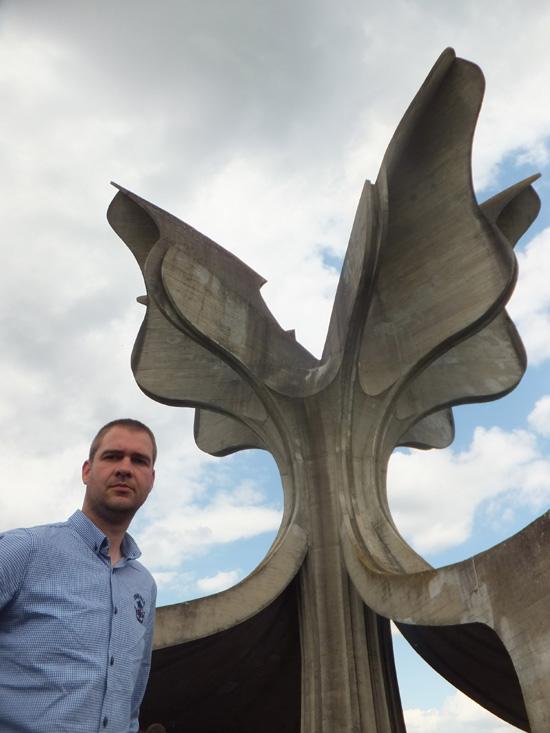 """Бојан Ђокић поред """"Каменог цвета"""" (Фото: Лична архива)"""