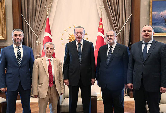 Председник Турске Р. Т. Ердоган (у средини), бивши шеф меџлиса М. Џемилев (други лево) и садашњи председник меџлиса Р.Чубаров (други десно)