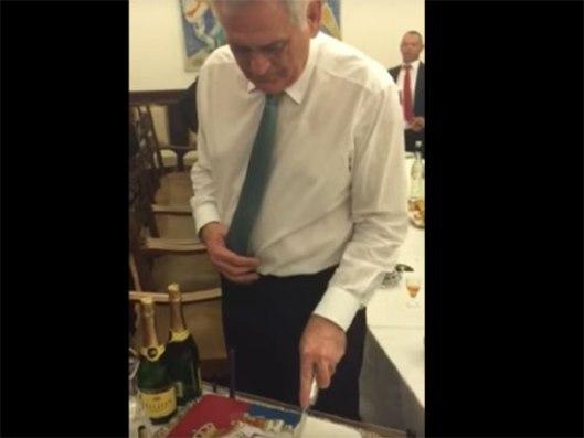 Николић радосно сече рођенданску торту (Извор: Јутјуб)