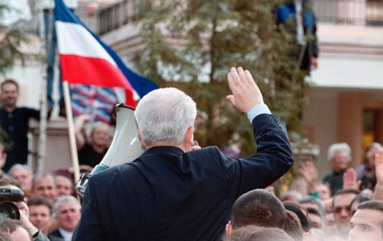 Слободан Милошевић отпоздравља присталицама из Социјалистичке партије, које су се окупиле испред његове куће у Београду, 2001. (Фото: Couple/Globalphoto.com/Liaison via Getty Images)