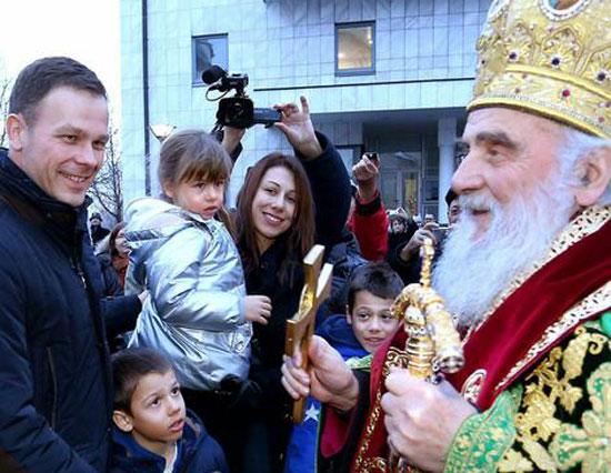 Паљење Бадњака 2016. године: Породица мали и патријарх Иринеј (Фото: Блиц/РАС Србија)
