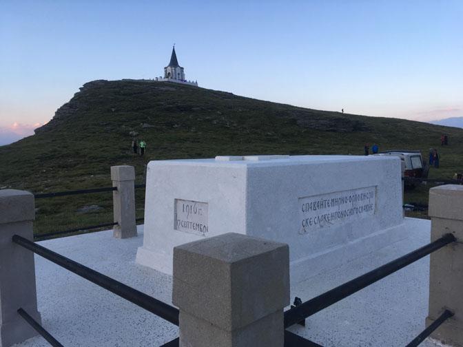 Pogled na spomen-kosturnicu i na kapelu na vrhu Kajmakčalana